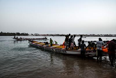 Embarquement des pirogues sur l'île de Ngor