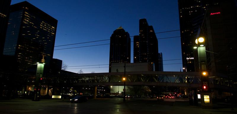 V Dallase sme pristáli o druhej, než sme prešli pasovou kontrolou, našli taxík, prišli do hotela a tam si vystáli 58-minútovú radu na hotelovú registráciu (lebo bol deň Valentína) a vyšli von, už sa stmievalo. Len sme si dali bagetu a Coke blízko.