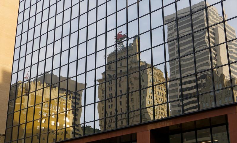 Rozličné budovy, plno skla a okien - ale kde sa naraňajkovať?