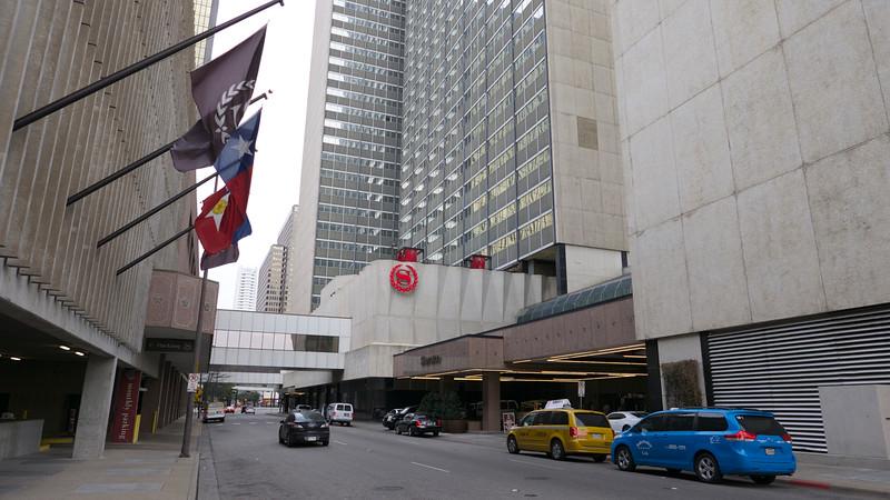 Po východe z hotela sme si ho sfotografovali, Sheraton, no všetky poschodia sa nezmestili.