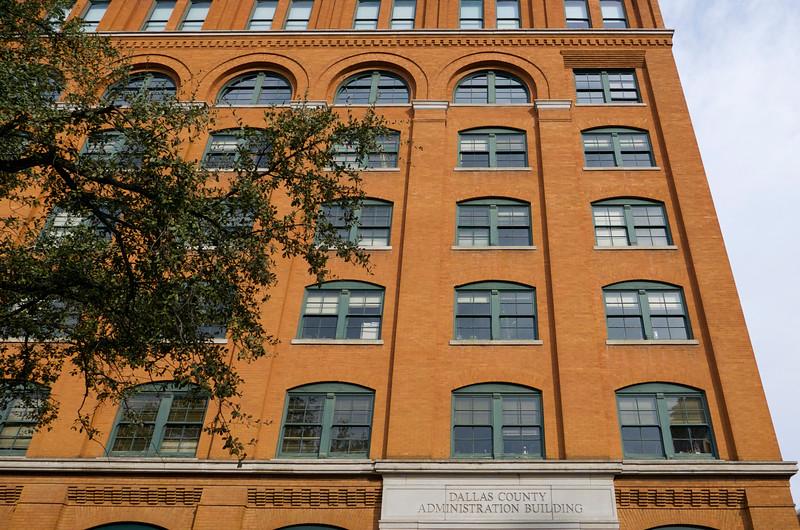 Neďaleko Union Station a našej raňajkárne je Dealey Plaza a budova Texas School Book Depository, kde je Múzeum 6. poschodie. Rožné okno hore, odkiaľ strieľal Lee Harvey Oswald.