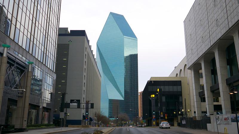 Len policajné auto a 220 metrový Fountain Place mrakodrap architekta I. M. Pei, ktorý je autorom aj pyramídy v Louvre.