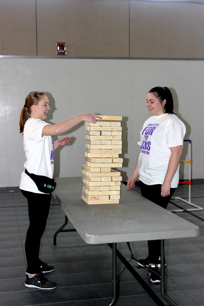 Students enjoying a game of Jenga. (MOLLY HACKETT | COLLEGIAN MEDIA GROUP)
