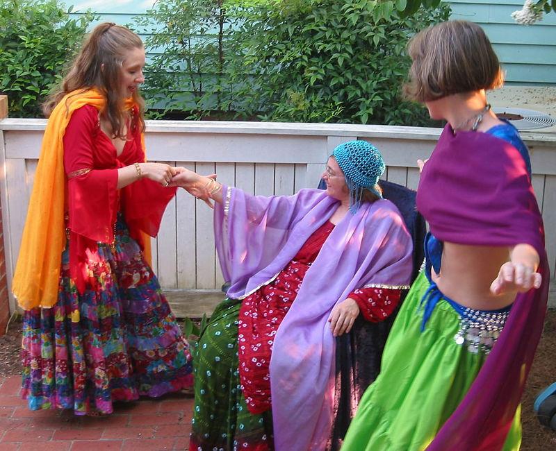 Bedriyyah & Cyra serenading host Barbara