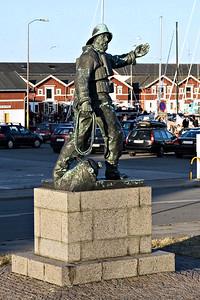 Statue af fisker og redningsmand