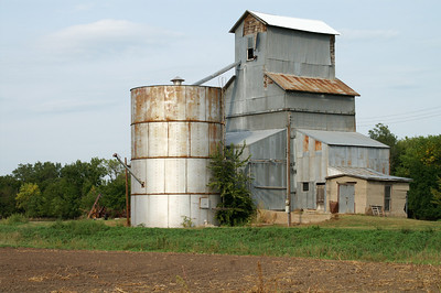Abandoned grain elevator in Hollis