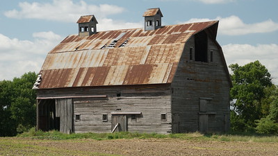Large barn between Herndon and Ludell