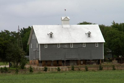 Barn near Little Arkansas River southeast of Little River