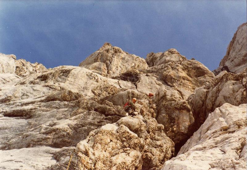 <h3>Heeres-Bergführer Fortbildungskurs  Juli 1973 </h3> Kursort:Türlwandhütte (Dachstein) Ich kletterte mit Leo Schlömmer in Wechselführung. Leo kannte ich vom Bergführer-Felskurs im Gesäuse, wo ich als sein Schüler nicht nur die Normale (V-), sondern auch die Direkte Rosskuppenkante (VI-)kletterte. Am Dachstein kletterten wir gemeinsam:  Niederer Türlspitz Südwand          (IV&#43;) Niederer Türlspitz SO-Verschneidung ( V-) Bischofsmütze Südverschneidung (V-) Koppenkarstein SW-Pfeiler (IV&#43;)  Koppenkarstein S-Pfeiler (V-)  Das Bild zeigt die erste Seillänge des 400m hohen S-Pfeiler des Koppenkarsteines, in dem wir damals -Standhaken ausgenommen- lediglich 4 Zwischenhaken vorfanden.
