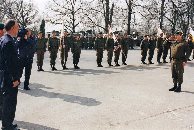 Die Aufstellung der 1.Jägerbrigade. Der Chef des Stabes Militärkommando NÖ meldet dem Herrn Bundesminister die Abordnungen der Verbände der neuen Brigade.<br /> Nach Auflösung der Jägerregimenter und Jägerbrigaden (mob) wurde im Osten Österreichs eine Jägerbrigade aufgestellt, die je einen Jägerverband aus den Befehlsbereich NÖ, Steiermark und Burgenland umfaßte. Da das Kommando für Truppenoffiziere ausgeschrieben wurde, war sie grundsätzlich auch für mich interessant, zumal ich ohne Zweifel den Wunsch hatte, auch einmal eine aktive Brigade zu führen und aufgrund der Ausbildungserfolge meiner Verbände im Ranking des Herrn Bundesministers recht weit oben rangierte. Die Freude an einer solchen Funktion wurde aber durch durch zwei Umstände gedämpft. Um permanent Truppen für den Grenzeinsatz verfügbar zu haben,konnte die neue Brigade keinen einheitlichen Einrückungstermin bekommen.Klartext: Die Brigade würde nie geschlossen üben können. Weiters würde die Dislozierung im Dreieck von Radkersburg, Bruck/Neudorf und Amstetten bedeuten, dass der Brigadekommandant monatlich tausende Kilometer im Dienstauto zurücklegen müßte, um den Kontakt zwischen den Verbänden nicht abreißen zu lassen. Die Konsolidierung eines solchen Brigade würde voraussichtlich viele Jahre erfordern. Die Tatsache dass ich mich dann doch beworben habe, ist auf eine Rüge meines Kameraden Oberst Steinwender zurückzuführen, der diesen Schritt als Solidaritätsakt der älteren Truppenkommandeure einmahnte. Ich fügte meiner Bewerbung allerdings den Zusatz bei, dass ich im Falle einer Ernennung höchstens 2 1/2 Jahre in dieser Funktion bleiben wolle. Tatsächlich wurde dann Oberst Resatz als Kommandant bestellt, weswegen sich der Herr Bundesminister bei mir persönlich entschuldigte und seinen Entschluss mit dem Wunsch nach einem Generationenwechsel bei der Führung aller neuen Brigaden begründete. Ich war ihm jedenfalls nicht gram.  Übrigens: Die 1.Jägerbrigade ist einer der Opfer der aktuellen Heeresgliederung gewo