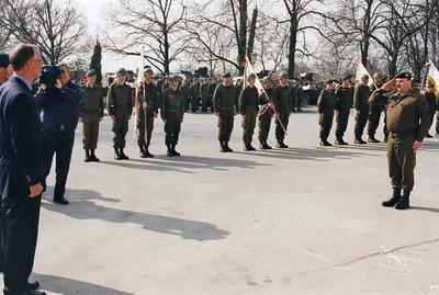 Die Aufstellung der 1.Jägerbrigade. Der Chef des Stabes Militärkommando NÖ meldet dem Herrn Bundesminister die Abordnungen der Verbände der neuen Brigade. Nach Auflösung der Jägerregimenter und Jägerbrigaden (mob) wurde im Osten Österreichs eine Jägerbrigade aufgestellt, die je einen Jägerverband aus den Befehlsbereich NÖ, Steiermark und Burgenland umfaßte. Da das Kommando für Truppenoffiziere ausgeschrieben wurde, war sie grundsätzlich auch für mich interessant, zumal ich ohne Zweifel den Wunsch hatte, auch einmal eine aktive Brigade zu führen und aufgrund der Ausbildungserfolge meiner Verbände im Ranking des Herrn Bundesministers recht weit oben rangierte. Die Freude an einer solchen Funktion wurde aber durch durch zwei Umstände gedämpft. Um permanent Truppen für den Grenzeinsatz verfügbar zu haben,konnte die neue Brigade keinen einheitlichen Einrückungstermin bekommen.Klartext: Die Brigade würde nie geschlossen üben können. Weiters würde die Dislozierung im Dreieck von Radkersburg, Bruck/Neudorf und Amstetten bedeuten, dass der Brigadekommandant monatlich tausende Kilometer im Dienstauto zurücklegen müßte, um den Kontakt zwischen den Verbänden nicht abreißen zu lassen. Die Konsolidierung eines solchen Brigade würde voraussichtlich viele Jahre erfordern. Die Tatsache dass ich mich dann doch beworben habe, ist auf eine Rüge meines Kameraden Oberst Steinwender zurückzuführen, der diesen Schritt als Solidaritätsakt der älteren Truppenkommandeure einmahnte. Ich fügte meiner Bewerbung allerdings den Zusatz bei, dass ich im Falle einer Ernennung höchstens 2 1/2 Jahre in dieser Funktion bleiben wolle. Tatsächlich wurde dann Oberst Resatz als Kommandant bestellt, weswegen sich der Herr Bundesminister bei mir persönlich entschuldigte und seinen Entschluss mit dem Wunsch nach einem Generationenwechsel bei der Führung aller neuen Brigaden begründete. Ich war ihm jedenfalls nicht gram.  Übrigens: Die 1.Jägerbrigade ist einer der Opfer der aktuellen Heeresgliederung geworden.