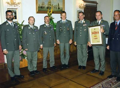 Bundesminister Fasslabend überreicht am 20.10.1999 einer Delegation des JgB 12 eine Urkunde als Anerkennung für besondere Leistungen in der Ausbildung.