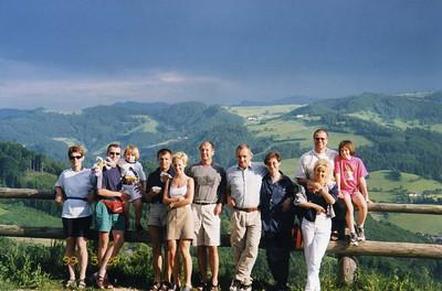 Mein Team am Hochkogel bei Amstetten (25.05.1999) von links nach rechts: Frau Hosa, Hptm Plasounig mit Tochter, Hptm Delfauro mit Freundin, Obstlt Hosa, Oberst Egger mit Gattin, Hptm Pöchlauer mit Gattin und Tochter