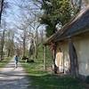 Eines der alten Pförtnerhäuschen. Nachdem die Anlagen im mittleren 20. Jahrhundert in vergleichsweise schlechtem Zustand waren, wurde der Park ab 1999 im Rahmen des EU-geförderten Projekts Die Großen Gärten sukzessive im Zustand von um 1800 restauriert.
