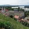 Esztergom ist historisch bedeutsam. Nach den Römern (Solva mansio) und Slawen kamen im 10.Jhdt. die Magyaren und machten es bis Ende des 12.Jhdt. zum Hauptsitz  ihrer Herrscher.  1241 wurde die Stadt von den Mongolen zerstört, In der Folge wurde Buda die neue Hauptstadt. Von 1543 bis 1684 war es osmanisch.
