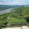 Von der Burg, die über 200 Meter oberhalb der Donau thront, hat man einen schönen Blick auf das markante Donauknie, an dem die Donau nach Süden abschwenkt. Jenseits der Donau die typisch ungarischer Zersiedelung von Waldgebieten zugunsten von schrebergartenähnlichen Wochenendanwesen. Es ist anzunehmen, dass sie geduldet wurden, um der Stadtbevölkerung in Notzeiten die Eigenversorgung mit landwirtschaftlichen Produkten zu ermöglichen.