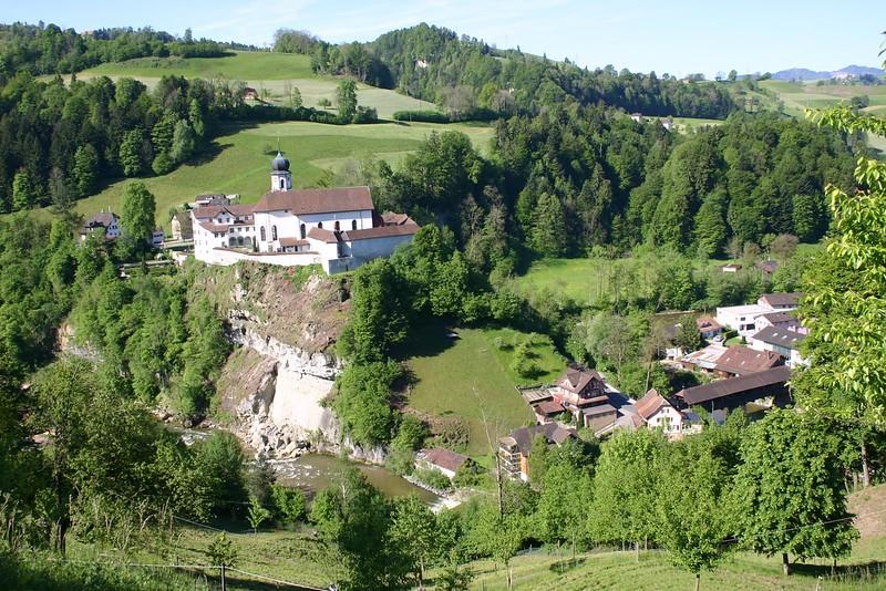 Links vom Kloster das Dorf Werthenstein, im Tal die alte Holzbrücke mit den Häusern von Werthenstein (Bahnhof).