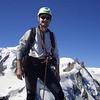 Auf dem Gipfel des Dent du Géant, hinter HC der Mont Blanc, rechts die Aiguille du Midi mit der Seilbahn von Chamonix  (17.Juli 2006)