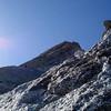 Im Mittelteil der Kante. Herrlicher, fester Fels, so gut wie keine Steinschlaggefahr, mit 1400 Höhenmetern von der Sasc Furahütte allerdings keine Spritztour.