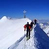 Auf dem scharfen Gipfelgrat des Großvenedigers (3662m), rechts unten der Keeskogel