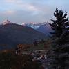 Über Grächen erhebt sich im Abendlicht das markante Bietschhorn, ein knapp unter 4000m hoher Berg, der zum Berner Oberland zählt.