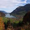 Noch vor Zürich wenden wir uns Richtung Südwesten und erreichen über Zug und Luzern den Lungerersee mit der Ortschaft Lungern (Bild). Von hier geht es über den Brünig zum Brienzersee.