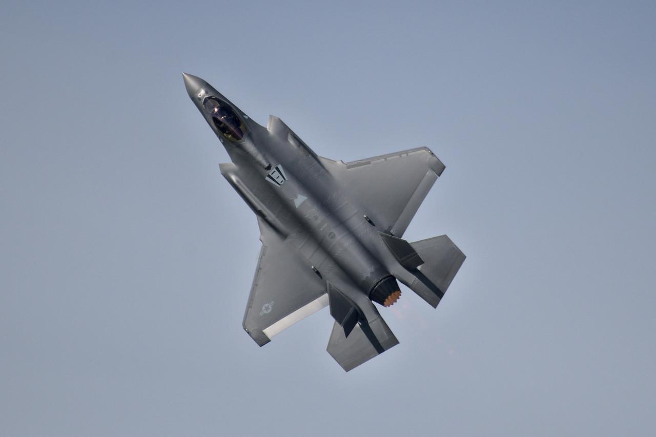 F-35 top profile in flight