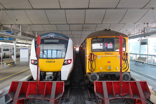 700018 stands next to 73109 at Blackfriars.