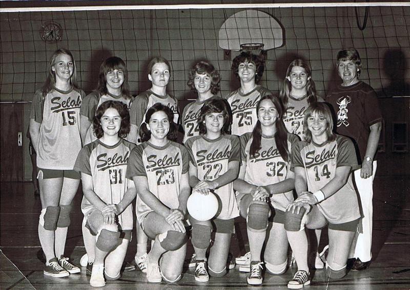Pauli Yaden (back row, 2nd from right) & coach Betty Yaden (back row, far right) - 1977 - Selah High School Volleyball Team - Selah, WA