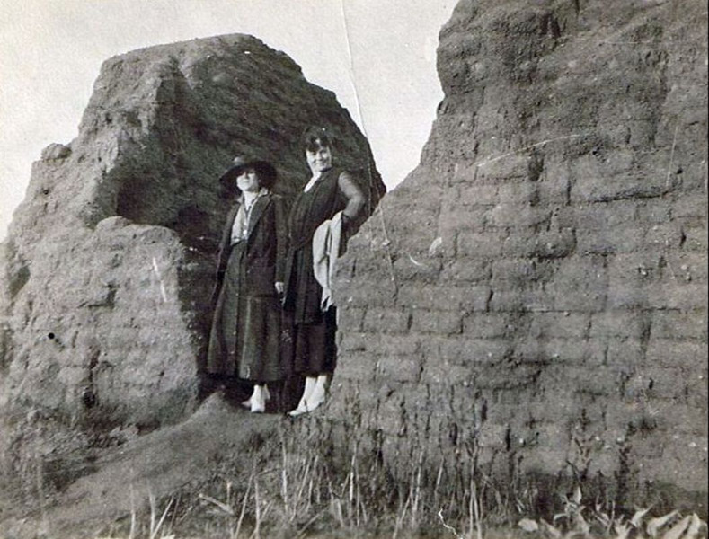 1915 - Aunt Gert with sister Annie - Annie died in 1923 - Shoshone, ID<br /> <br /> [L]  Anna May (Yaden) Conklin - Age 35 (1880-1923)  Died at age 43 - Nickname:  Annie<br /> [R] Lily Gertrude Yaden - Age 24 (1890-1969)  Died at age 79 - Nickname:  Gert