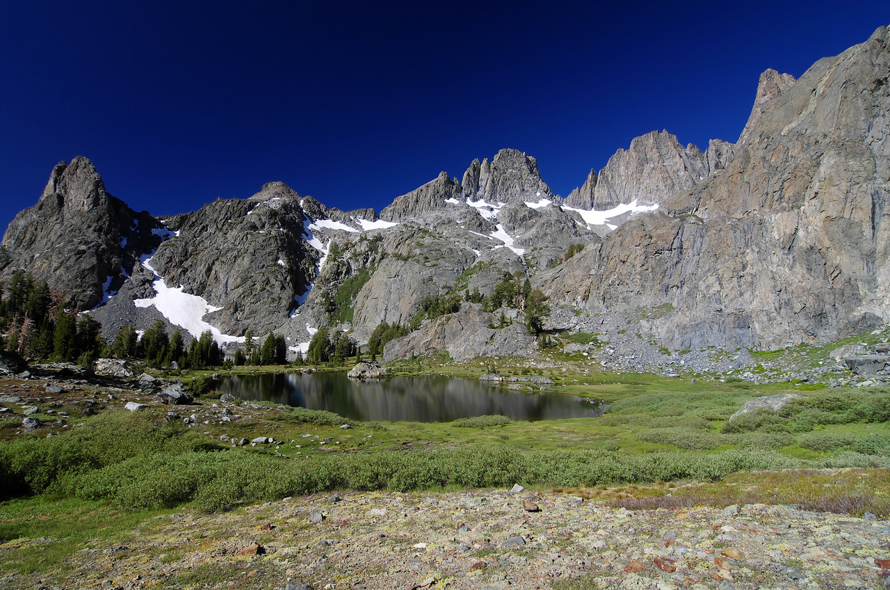 The views are awesome along the grassy southern slope extending from Minaret Lake to the summit of Volcanic Ridge.