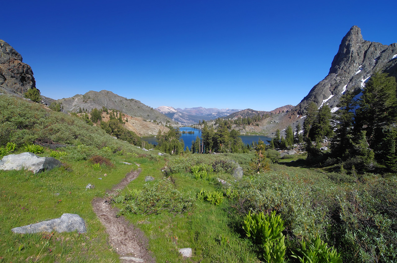 The Cross-Country trail that ascends from Minaret Lake up towards Cecil Lake.
