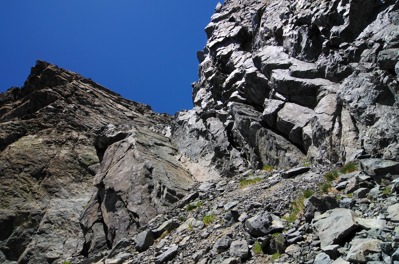 My class 4/5 ascent of Volcanic Ridge started off with an easy 30ft class 4/5-ish climb up a crack where two walls joined in a v-formation, as seen here at the pinnacle of the class 2 rubble.