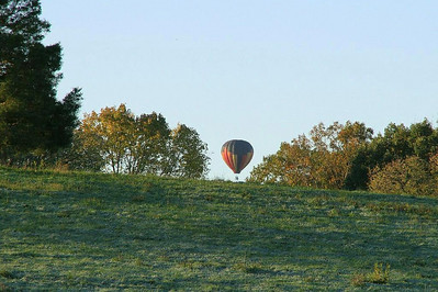 Seeing a hot air balloon rise from behind a hill on our way to Mt Solon, we stop to enjoy the scene.