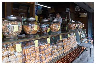 A rice cracker shop that has been making its own rice crackers for 108 years.