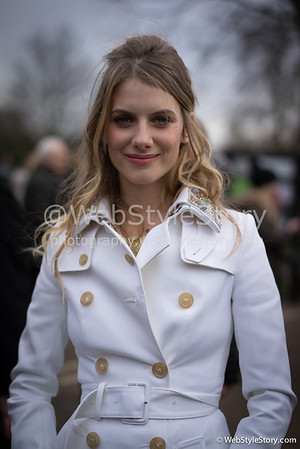 Mélanie Laurent sortant du défilé Burberry à Londres. http://www.puretrend.com/people/melanie-laurent_p2467