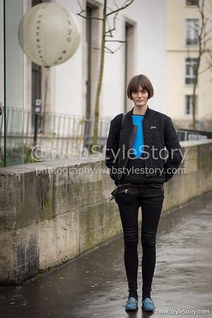 Le mannequin Sam Rollinson devant le Palais de Tokyo, portant une veste et un pantalon Rag and Bone et des chaussures Gucci.