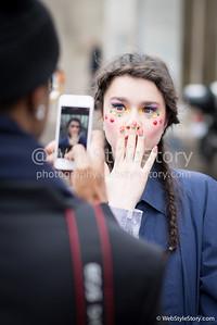 Le mannequin Dasha Pilyuk après le défilé Manish Arora (27/02/2014), devant le palais de Tokyo pendant Paris Fashion Week.