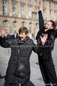 Mannequin et sa mère sautant de joie (sans raison particulière si ce n'est pour la photo), après le défilé Masha Ma, place Vendôme