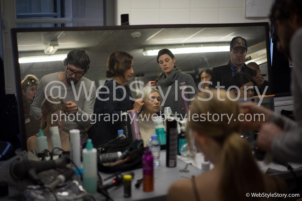 Backstage pendant la fashion week.