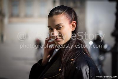 Le mannequin Dana Taylor au téléphone. http://instagram.com/danataylor2