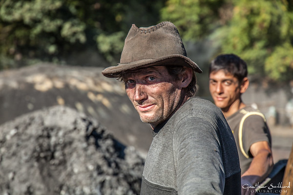 It's a tough job: outside everyday from February until December, breathing smoke and dust all year round. They live on site in wooden huts, without electricity. At 3 cents the kilo of charcoal, a worker has to produce one ton per month to earn about 300€.