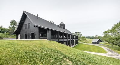 01 Clubhaus Golf Saint Apolliniare: Das Gebäude folgt dem Hangverlauf.