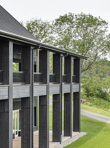 05 Clubhaus Golf Saint Apolliniare: Unter dem auskragenden Dach liegen grosszügige Terrassen.