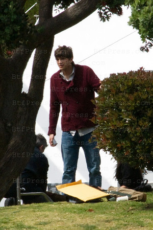 EXCLUSIVE----- Demi Moore visits Ashton on set in Marina Del Rey.