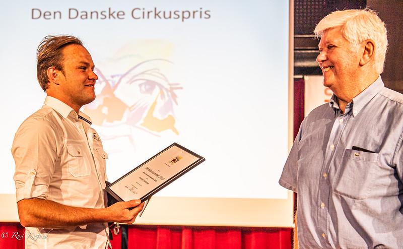 Og prisen går til duernes herre: Andrejs Fjodorovs fra Letland - her overrakt af Danske Cirkusvenners John Lington