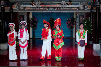 Bai ethnic dance.  It is the bride and groom in the middle.