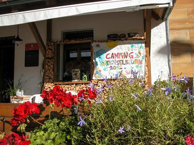 Terrasse vor dem Laden