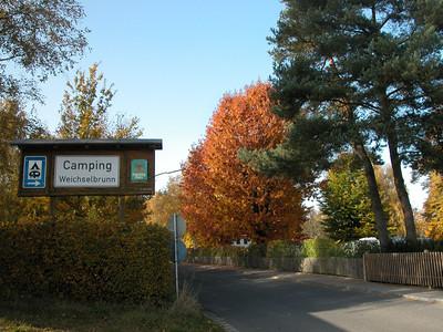 Camping Weichselbrunn Schild; dritter Platz in der Straße: Erst hier beginnt See-Camping Weichselbrunn.