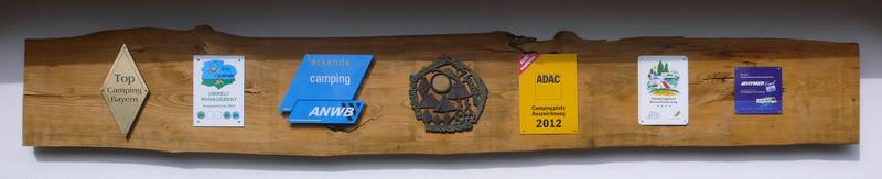 Die wichtigsten Auszeichnungen von See-Camping Weichselbrunn aufgereiht in der Einfahrt: Top Camping Bayern, ECOCAMPING Umweltmanagement, ANWB erkende camping, Goldmedaille Bundeswettbewerb Vorbildliche Campingplätze in der Landschaft, ADAC Campingplatz Auszeichnung 2012, DTV Campingplatz Klassifizierung ****, Hymer Partner. Siehe auch: http://idylleamsee.wordpress.com/2012/06/17/spitzen-bewertungen-fr-see-camping-weichselbrunn/